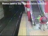 Señora de 56 años pasa segundos de pánico en una escalera mecánica