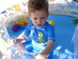 baptiste joue dans la piscine
