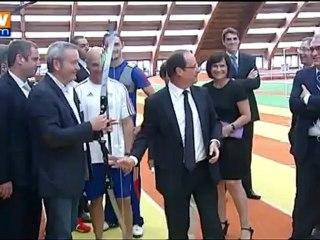 François Hollande fait du tir a l'arc a l'insep
