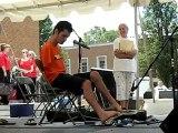 George Dennehy joue de la guitare avec ses pieds