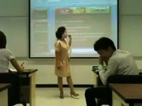Professora ninja destrói telemóvel de aluno