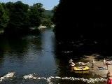 Ardèche : vidéo aérienne de la rivière Ardèche bordant le camping Les Coudoulets et des canoës
