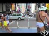"""Guerra sexy tra cowboy e indiani a Times Square. Accanto al """"Naked cow boy"""" arriva ora anche il """"Naked indian """""""
