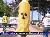 """""""Die-in"""" sous la tour Eiffel pour l'abolition des armes nucléaires"""