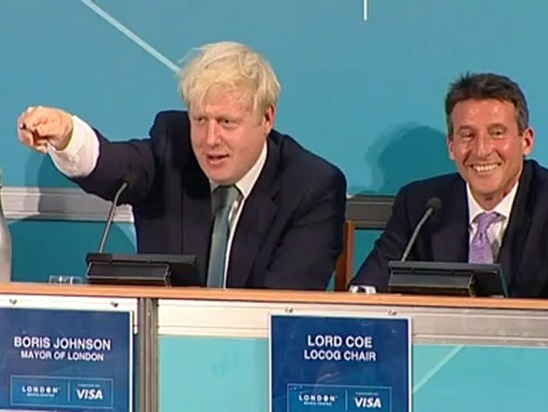 Boris Johnson does the Mobot