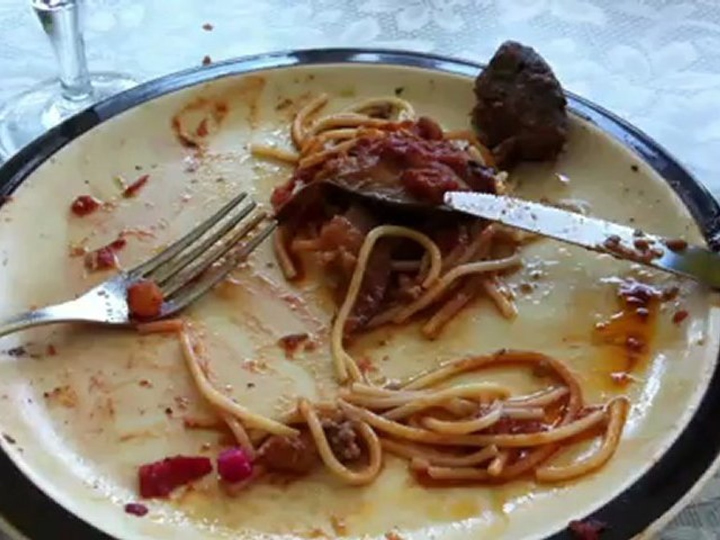 Spaghetti with eggplant salad, red beets and red wine