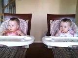 Des jumelles de 11 mois dansent quand Papa joue de la guitare