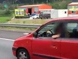 Une femme mange au volant de sa voiture