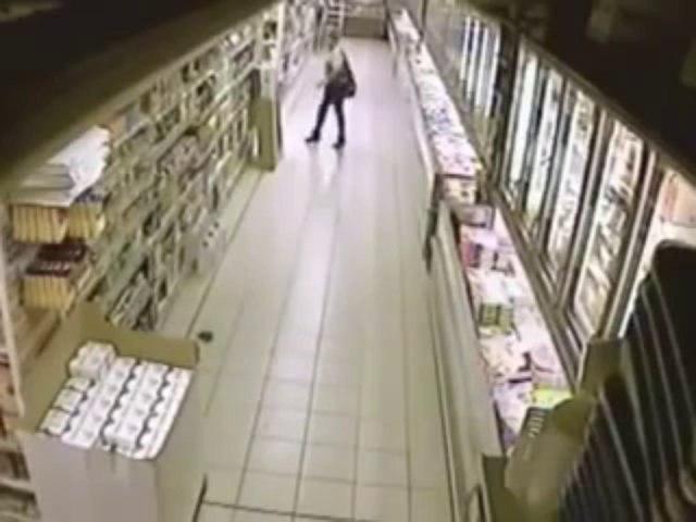 Süpermarketin Ortasına Sıçan Kadın
