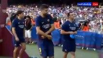 Ce gamin récupère le maillot de Piqué, joueur de foot de Barcelone! chanceux!