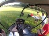 Un hélicoptère récupère un avion radiocommandé