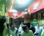 les chiites respectent-ils l'Islam ? un transexuel chiite danse dans une mosquée devant son gourou