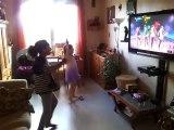 Iliana et sa cousine Inès dansent