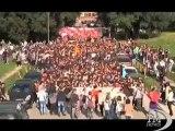 I bocconiani accolgono con applausi l'ex rettore Mario Monti. Il giorno dopo contestazioni al governo clima opposto a Milano