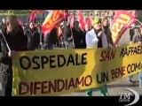 Milano, lavoratori San Raffaele manifestano in Galleria -VideoDoc. Il corteo diretto a Palazzo Marino da Pisapia