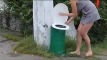 çöp kovasına işeyen kadın