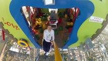 Maison volante avec des ballons d'hélium