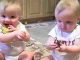 les bébés jumeaux imitent papa