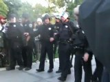 Un policier asperge de gaz des manifestants anti-Wall Street