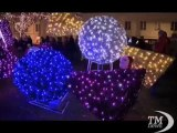 Varsavia accende le luci di Natale contro la crisi - VideoDoc. Un albero di Natale alto 27 metri domina la Piazza del Castello