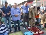 Appels à la haine contre la France en plein Paris lors de la prière de rue interdite! VIDEO CHOC !!!