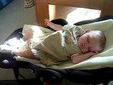 Camille dort dans son transat