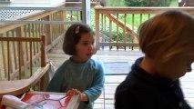 Héloïse raconte une histoire qu'elle invente au fil de l'eau en anglais