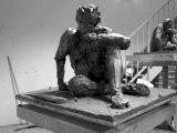 Modelage homme assis en terre glaise sculpture éphémère