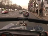 Les voitures anciennes défilent dans Paris