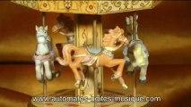 Lutèce Créations, le spécialiste des automates et des boîtes à musique, présente ce carrousel musical miniature avec chevaux faisant partie de sa collection de manèges musicaux miniatures de toutes sortes (grandes roues, carrousels et autres manèges).