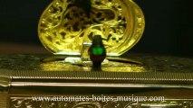 Lutèce Créations, le spécialiste des automates et des boîtes à musique, présente un oiseau chanteur automate mécanique dans une boîte de type tabatière. Fabrication allemande, boîte en métal doré.
