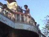 En Inde, un rituel impose de lancer des bébés depuis le toit d'un temple