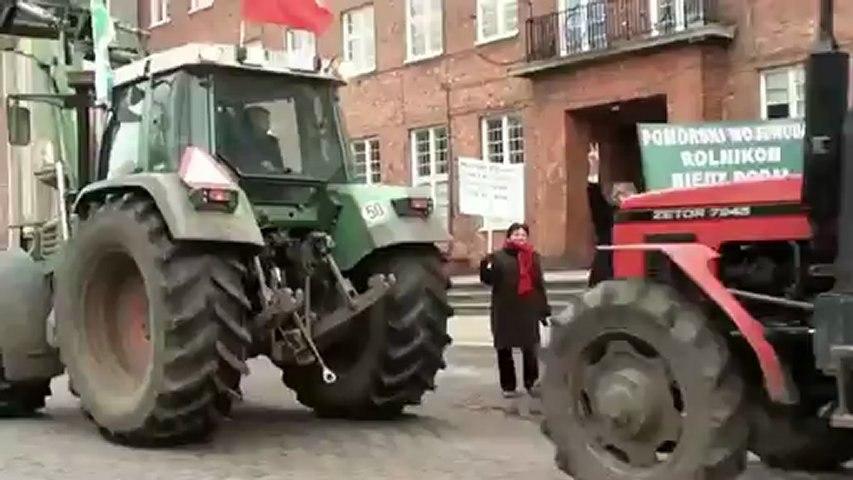 Traktory przed Urzedem Wojewodzkim w Gdansku 7.01.2013 Protest kontrolowany