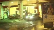 Femme verse de l'essence sur sa voiture