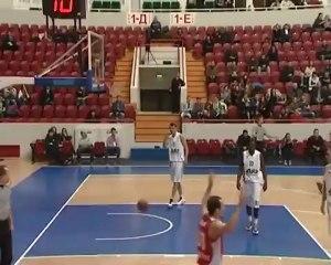 Treinador ajuda equipa a marcar ponto em jogo de basquetebol