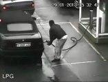 Explosion d'une voiture avec un homme à l'intérieur