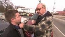 Vieil homme frappe un journaliste