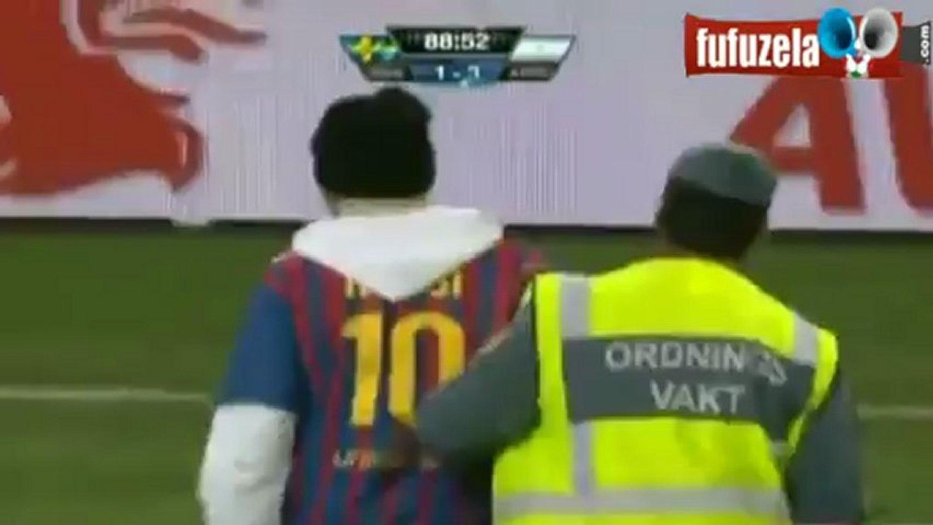 لقطة اليوم .  مشجع يقتحم الملعب ويُقبل رأس ميسي