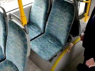 Algo que não imaginas num banco de um autocarro