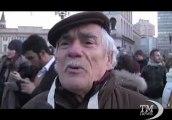 """Grillini in piazza Duomo a Milano: """"Con Beppe nuova speranza"""". Tsunami Tour, l'entusiasmo della folla per il leader M5S"""