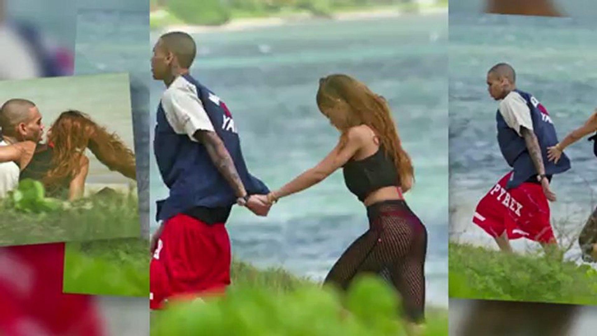 Rihanna porte une jupe en résille pendant une balade pour son annviersaire avec Chris Brown