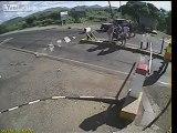 Pedestre escapa por um triz de ser atingido por carro que ignorou cancela