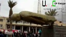 Les rebelles font tomber une statue d'Hafez Al-Assad après la prise de Raqa