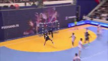 Le gardien du PSG Handball Patrice Annonay réalise un arrêt monstrueux face à Bastien Lamon lors de la 17e journée de D1 de handball