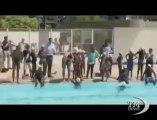 Michael Phelps istruttore di nuoto in una Favela di Rio. Il campione olimpico tra i bambini brasiliani