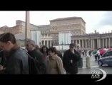 """Conclave, una """"timida"""" piazza San Pietro per messa pro eligendo. Più turisti che fedeli davanti alla Basilica, complice la pioggia"""