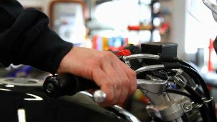 Changer les plaquettes de frein de sa moto - Motorevue