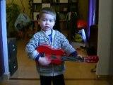 maël joue de la guitare 001