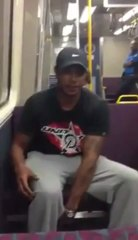 Jovem talentoso cria música durante viagem de comboio