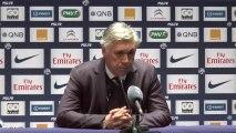 Carlo Ancelotti félicite ses joueurs après le match face à Montpellier